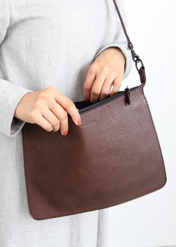 滑らかな肌触りで光沢のある上品なエコラックスレザーを使用したバッグ。マチがなくフラットですっきりとしたデザインで、斜めがけしてもスタイリッシュな印象です。