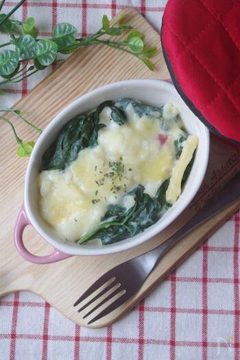 たっぷりのほうれん草を使った、マカロニグラタンです。フライパンでほうれん草などの具材にホワイトソースを絡めてから焼くので、しっかり味が染み込みます。小さなココットに分けて焼き、副菜にするのもおすすめです。