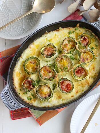 スライスしたズッキーニでくるくる巻いたミニトマトが素敵なグラタンのレシピ。ホワイトソースを作ったら、ズッキーニで巻いた具材をソースに埋めるようにして並べ、トースターで焼きます。ソースと絡めながら取り分けましょう。