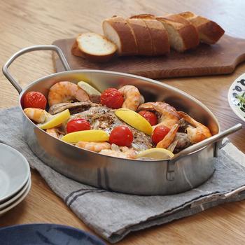 スタイリッシュなステンレス製のオーブン皿。大きな持ち手が実用性とデザイン性を兼ね備えています。どんな食材も引き立ててくれるので、時短で作ったシンプルなグラタンでも豪華に見えそう!おもてなしにもぴったりですね。