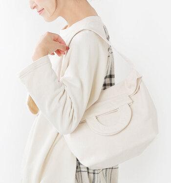 11号帆布というやや厚手のコットン生地を使用した、シンプルなデザインの2wayトートバッグ。ショルダーひもが付いているので、手持ちでも肩掛けでも使えます。