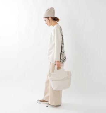 まあるい持ち手が付いているので、トートバッグとして使ってもキュートですね。持ち手部分に隠しマグネットが内蔵されているので開閉もスムーズです。
