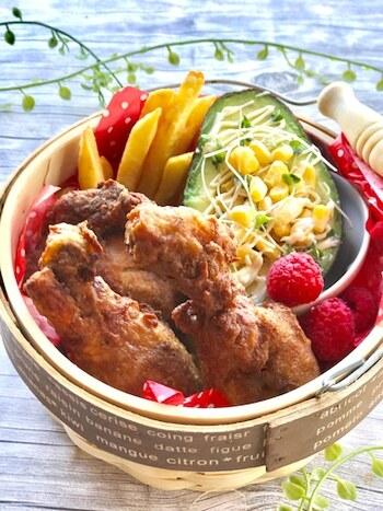 お家で作るとコスパ&おいしさバツグンのフライドチキン。下準備として鶏もも肉を牛乳で煮ておくと、ほろほろに柔らかくなり、揚げ時間も短くてすみます。
