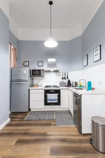 海外のおしゃれなキッチンでも違和感なく存在しているゴミ箱は、やっぱりデザインが洗練されてスタイリッシュ。隠したくならずむしろインテリアの一部にしてしまいたくなります。素材が金属製だと、清潔感もあって◎。