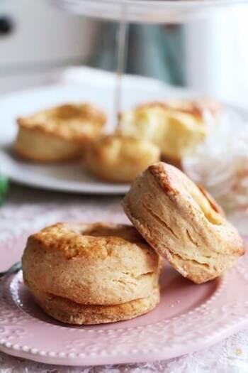 サクサクのホットビスケットがビニール袋で簡単に作れます。焼きたてのビスケットにメープルシロップをかけて朝食やアフタヌーンティーにも。