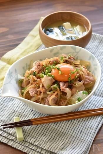 だしが効いた吉野家風の豚丼。あっさり目の味付けでモリモリ食べられます。仕上げに卵黄をのせてコクをアップ。