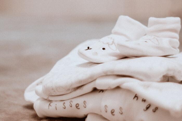 スペースが限られても大丈夫。乳幼児服の収納アイデア