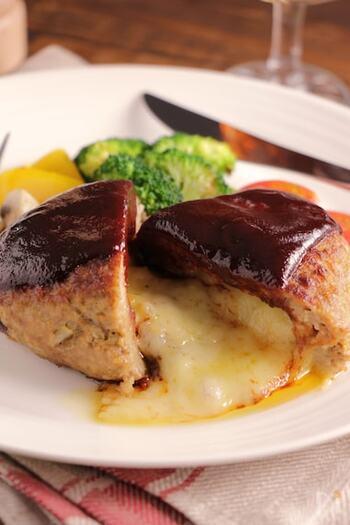 ナイフで切り込みを入れるとチーズがとろーり溶け出します。味覚だけでなく視覚でも楽しめるハンバーグです。