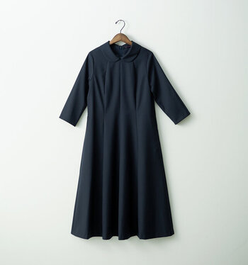 春夏でも着れる上質なウール素材を使用したセミフォーマルでクラシカルなワンピース。少し高さのあるラウンドカラーがポイントとなり、シンプルながらも雰囲気のあるワンピースに仕上がっています。一枚で特別感を演出できる大人のワンピースです。