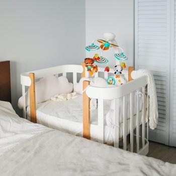 ベビーベッドには下側にスペースがあります。そこをデッドスペースにするのはもったいない!汗をかきやすく着替えが多い赤ちゃん。すぐ近くに着替えストックを置いておくことで、サッと取り出しやすく保護者のストレスも減ります。収納ケースに畳んで入れてコンパクトにまとめましょう。おむつなど衛生用品のストックを入れておくのもいいですね。