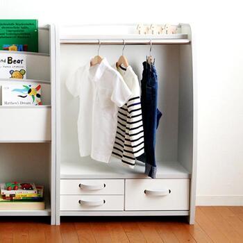 お子さんが自分でできる機会が多いのは、全体が低めに設計してある棚。大人が使っている家具が自分用に特別に用意されているとお着替えのやる気も沸いてきます。引き出しに小さな手でも開けやすい工夫がされている事で、一人で支度をする習慣を身に着けましょう。