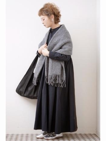 大判ストールを羽織ると肩のラインにやわらかさが出て女性らしい印象に。ロングフレアのワンピースがさらにガーリーで優しいコーデにまとまります。