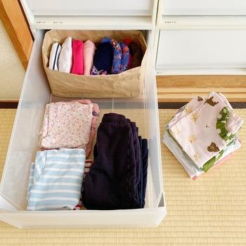 衣装ケースなら重さもあるので、赤ちゃんはいたずらできません。押し入れに収納すると、襖を閉じてしまえば見えなくなるのですっきりしますし、角が尖っている場合が多いので、安全の面でも◎。たっぷり入る奥行きのあるものなら、手前と後ろで季節を分けると、衣替えが手軽に終わりますよ。ベビー服はサイズが小さいため、深いタイプを選ぶとグチャグチャしてしまいがちに。100円均一などの小物入れケースを重ねて使うと整理しやすいです。
