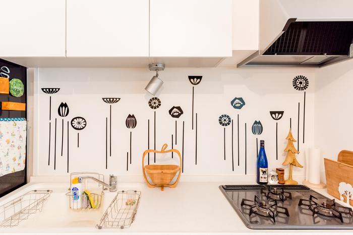 キッチンの白壁に、シックな花モチーフでアクセントをプラス。甘さ控えめのモノトーンが大人っぽく、料理するのも楽しくなりそう。