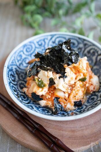 あと一品やサッとおつまみを作りたい時に役立つ、簡単和え物レシピ。仕上げに海苔を散らすだけで見た目が引き締まりますね。キムチの辛さと豆腐・モッツアレラチーズのクリーミーな味わいがクセになる一品です。
