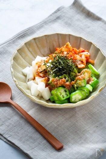 オクラや長芋などのネバネバ食材とマグロ・納豆を和える「ばくだん」を夏風&ヘルシーにピリ辛アレンジ。そのままでも美味しいですが、ご飯や麺にかけると一品料理にもなります。
