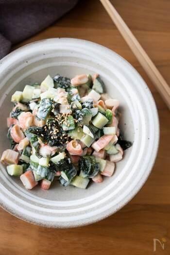 シンプルな食材で作る、マヨネーズを使いながらも和風の和え物レシピです。少しだけ垂らす醤油と海苔の風味が隠し味になっています。