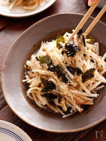 大根をめんつゆとポン酢で和えた和風サラダです。海苔や鰹節の旨味で止まらない味に。韓国海苔で作ると美味しいですが、ごま油を使うので焼き海苔で作っても◎