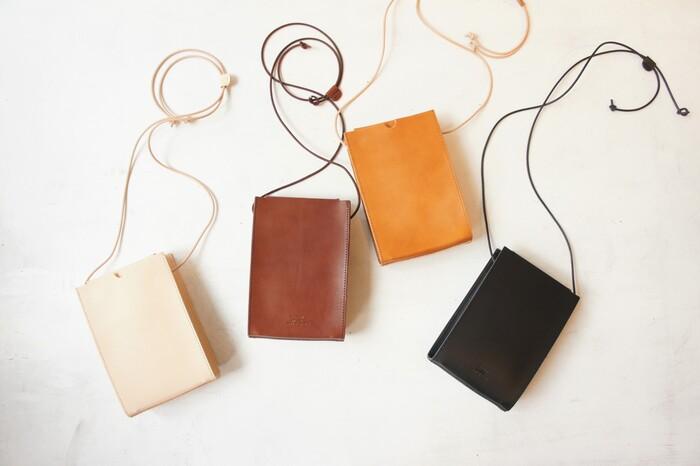 トランプケースをモチーフとした箱型ショルダーバッグ【NUME HAKO SHOULDER SMALL TRUMP】。上質なヌメ革を使用した端正な佇まい。華奢な革ヒモとの組み合わせが、品よく仕上がっています。