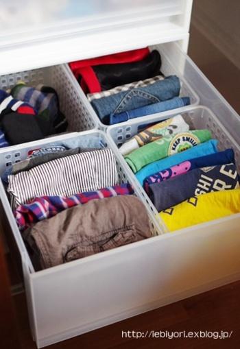 靴下や肌着など細かいアイテムが多いですね。衣装ケースなど引き出しの中には、小物入れなどで仕切りを作りましょう。何がどこに入っているのかが分かりやすいので、お子さんが自分でお着替えもしやすくなります。何よりぐちゃぐちゃになりにくいのですっきり収納に♪