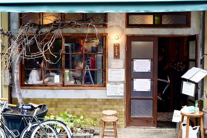 下北沢駅から徒歩7分、古民家を改造した外観がノスタルジックな「旧ヤム邸 シモキタ荘」。大阪で有名なスパイスカレー店が下北沢にオープンしたお店で、メディアなどでも多数紹介される人気店です。店内のインテリアもレトロ感にこだわっており、どこかホッとする空間の中で食事を楽しむことができます。