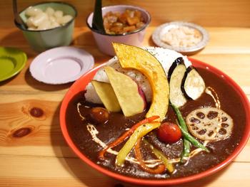 カラフルな野菜たちが食欲をそそる「野菜カレー」。濃厚でとろみのあるルーと野菜の相性は抜群です。欧風カレーといえば忘れてはならないらっきょうや福神漬けも自家製で美味♪お口直しに添えられたおからもヘルシーで嬉しいですね。