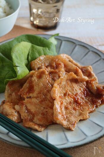 では、豚の生姜焼きのレシピからご紹介。こちらは、タレに漬け込む必要もなく、後から調味料をからめる作り方なので朝でも簡単に作れます。豚肉に切込みを入れておくと、お肉が縮まずに見栄え良く焼けるのだそう♪
