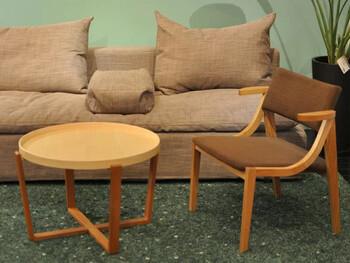軽休息いすとは、喫茶用や応接会議用などに使われるいすを指します。背もたれが110度くらいに傾いたゆったりと座れるいすです。