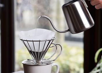 コーヒーをドリップして飲む時、通常のドリッパーでは雑味が出ることがあります。その原因はドリップの最中に発生するガス。こちらのドリッパーのように隙間があれば、そのガスを逃がし、よりすっきりとしたコーヒーを楽しむことができます。プロのバリスタから話を聞いて作られたというだけあって、その力は折り紙付き。江戸時代から金属加工を引き継いできた新潟県燕三条の職人が作っているからこその頑丈さ、ステンレス製だからこその衛生面の安心もあり、コーヒーブレイクがもっと楽しくなりますよ。