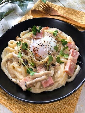 ランチにピッタリの和風カルボナーラうどんです。ソースに白だしとめんつゆを加えると、和の味わいに。卵が固まりすぎないよう、とろみがついたら火からおろすことがポイントなのだそう。パスタとは違う、うどんの食べ応えと食感を楽しんでみてはいかが♪