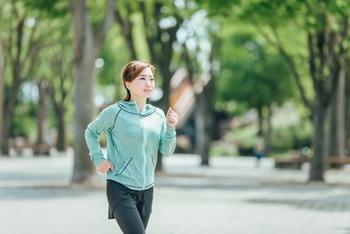 健康に良いことは分かっているけれど、なかな長く続かない…とお悩みの人も多いですよね。そんなときは、歩くことを目的にするのではなく目的地を設定して、その移動手段を歩くようにしてみましょう。  通勤通学もそのひとつですが、自然が感じられる公園の景色を楽しんだり、寺社仏閣に毎日ご挨拶に行く、なども素敵な習慣です。何か自分の好きなものを目的にすると続けやすいですよ。