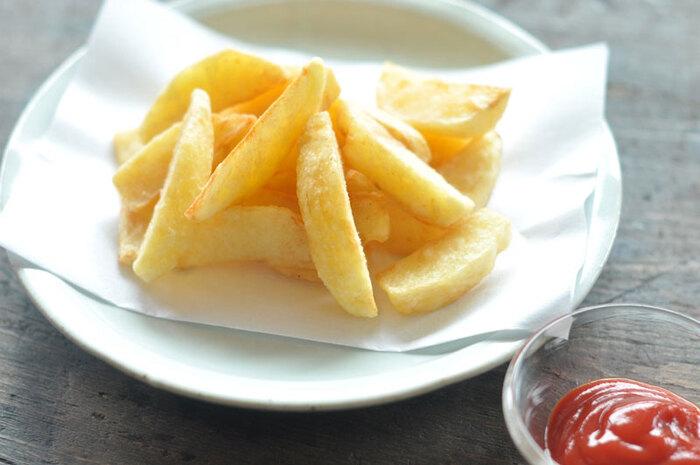 フライドポテトは、みんな大好きなおやつのひとつではないでしょうか。フライドポテトを自宅で手作りすると、好みの食感や味付けに仕上げられます。 フライドポテトのレシピをマスターしておくと、ハンバーガーやハンバーグの添え物としても大活躍します◎