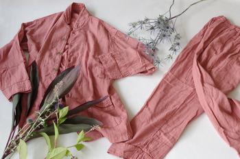 よそ行きの服は、季節やトレンド、デザインなどにも気を使わなければなりませんが、パジャマは徹底して素材にこだわることができます。袖を通した瞬間に「気持ちいい」と思える素材をパジャマにできたら、人生の3分の1を占める寝る時間も、快適に過ごすことができますよね。