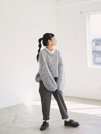 ライトグレーにチャコールグレーを合わせたグレー×グレーコーデ。都会的な印象ながら柔らかい、不思議な魅力を持った配色です。白と黒も小物で取り入れることで、より引き締まった印象になりますよ。