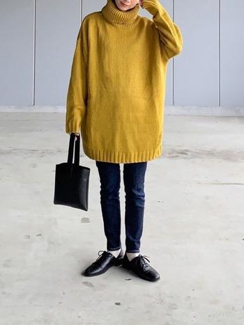 紺にカラーを合わせるなら、マスタードカラーがおすすめ。こっくりした黄色を紺色がクールダウンしてくれる、おしゃれな配色です。