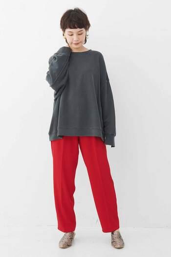 曖昧な印象のグレーは、鮮烈な印象の原色にぴったり!ぼやっとしがちなグレーをおしゃれに引き締めてくれます。