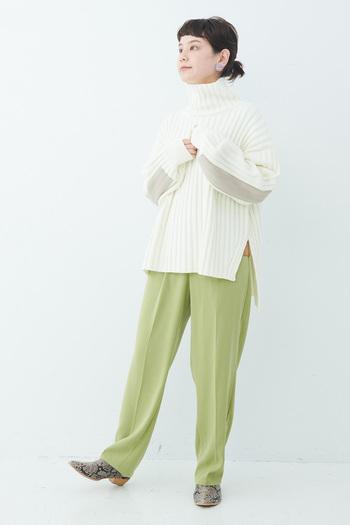 白×パステルカラーは、王道の配色。大人女子なら、ライトグリーンやライトブルー、ラベンダーなどがおすすめです。アイテムのシルエットをシンプルにすることで、大人っぽさを保った白×パステルコーデに。