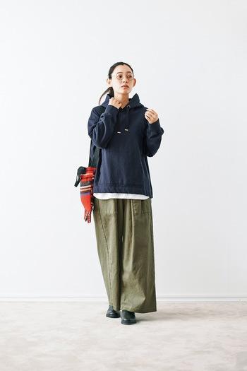 カジュアル感の強いカーキを大人に着こなすなら、紺と組み合わせるのがおすすめ。上下ゆったりサイズのカジュアルコーデでもきれいめに仕上がります。