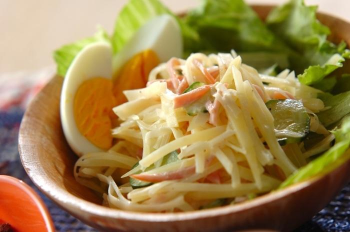 せん切りしたじゃがいも・きゅうり・ハムなどで作るサラダのレシピ。同じ切り方でも、食感がそれぞれ異なるのも、美味しいアクセントに◎ 千切りのじゃがいもを使うことで、あっさりした味わいが魅力のサラダに仕上がります。