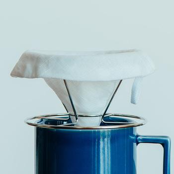 例えばコーヒーフィルターは、紙製の使い捨てのものがほとんど。最近では再生紙を使ったコーヒーフィルターなどもありますが、繰り返し使えるものがあればもっと嬉しいですよね。布製のコーヒーフィルターは、洗う手間はかかるものの、何度も使えるアイテム。衛生面が心配ですが、乾燥しやすい手織り麻でできているので、吊り下げて干しておくだけでOK。たまに煮沸消毒すればさらに安心です。使うたびにコーヒーの色に染まっていく姿を見ていると、愛着もわいてきます。