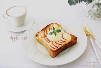 食パンにスライスしたりんごをのせて焼くだけの簡単レシピ。味付けは、バター、グラニュー糖、シナモンで♪お好みでバニラアイスを添えてもGOOD。おやつや朝食におすすめです!