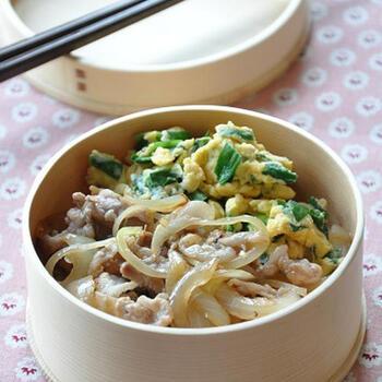 豚こま切れ肉と玉ねぎを使い、ごま油で炒めます。味付けはシンプルに酒・鶏ガラスープの素・塩・こしょうでOKです。サイドにはニラと卵を一緒にとじたニラ玉を添えて。調理時間は約10分!朝の忙しい時間に嬉しいお弁当レシピです♪