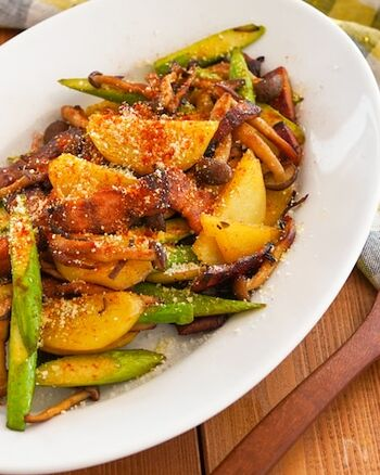 カレーの風味が食欲をそそる炒め物レシピ。カリカリに炒めたベーコンが美味♪ベーコンの厚さによって仕上がりが異なるので、薄いときは、ぶなしめじもカリッとさせてから炒めるのがポイントです。じゃがいも・アスパラガスの甘さを楽しめます。  いろんな食材と相性がいい味付けなので、まいたけ・エリンギなどと作っても美味しそうですね。