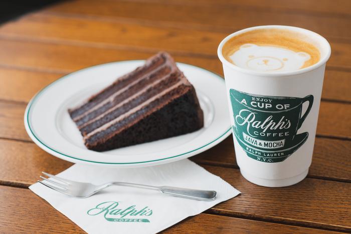 「ラルフズチョコレートケーキ(900円)」と、ベアのラテアートが可愛い「カプチーノ(580円)」