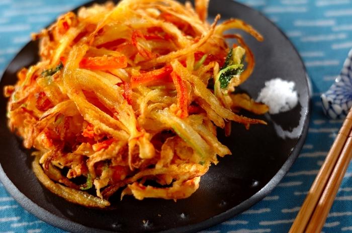 ニンジンや桜海老があったら、玉ねぎがたっぷり入ったかき揚げはいかがでしょう。  そのまま食べても美味しいですが、うどんやそばの具材にしたり、ご飯にのせてかき揚げ丼にしたり、メニューの幅も広がります。