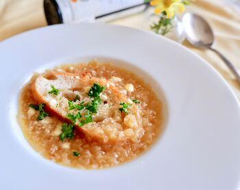 玉ねぎは冷凍すると繊維が崩れやすくなり、調理の時短にも。粗みじん切りして冷凍しておけばいつでも美味しいオニオンスープを楽しむことができますよ。