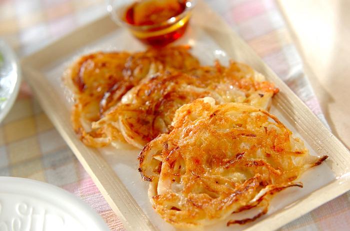 玉ねぎの甘味と桜海老の香ばしさが口の中で広がる玉ねぎのお焼き。少ない材料で作れるので、家に材料が何もない! という時のお助けレシピです。食卓にもう一品ほしいという時に作ってみてくださいね。