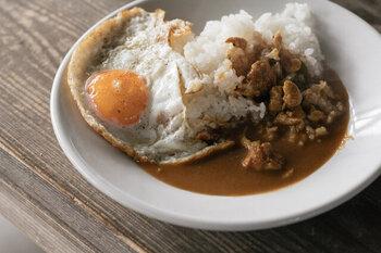 甘口の「ひよこ豆カレー」、中辛の「ポークカレー」、辛口の「チキンカレー」の3種類です。オーガニックのひよこ豆やスリランカの豚肉を使用するなど、おいしさに加えて環境やフェアトレードにも配慮をして作られた製品でもあります。