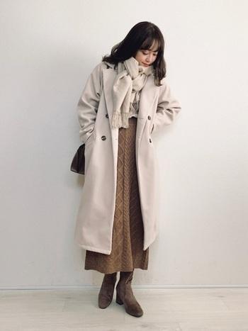 ボリュームがありつつコンパクトにまとめるミラノ巻きは、ロング丈のコートやスカートとも相性抜群。縦長のシルエットが強調されて全身がすっきり見えます。