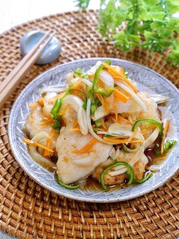 さっぱりレシピの定番南蛮漬けにも、玉ねぎをたっぷり加えて作ると美味しいですよね。こちらは魚の代わりに鶏むね肉を使ったお手軽レシピになっています。